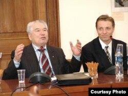 """Чыңгыз Айтматов: """"Талма бийди Венгрияга келип көрдүм!"""" (Оңдо: Дөөт Кара Шомфайи). Будапешт, 2006."""