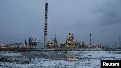 """Нефтеперерабатывающий завод, принадлежащий компании """"Роснефть"""". Ачинск, 23 октября 2013 года."""
