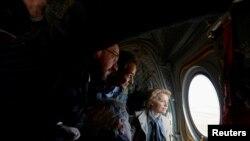 Prim-ministrul Kyriakos Mitsotakis, Ursula von der Leyen, Charles Michel și David-Maria Sassoli într-un avion care survolează zona de frontieră