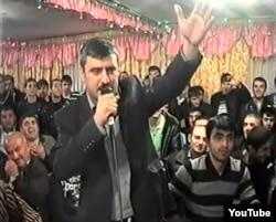 Интигам Рустамов во время исполнения знаменитой мейханы
