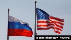 Flamuri i SHBA-së (djathtas) dhe ai i Rusisë.