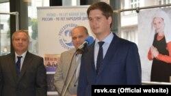 Andrei Konchakov Praqadakı Rusiya Elm və Mədəniyyəti Mərkəzində çıxış edərkən