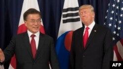 Președintele coreean Moon Jae-in și omologul său american Donald Trump înaintea unui dineu oficial la consulatul american de la Hamburg, în marginea summitului G20 din 7-8 iulie 2017