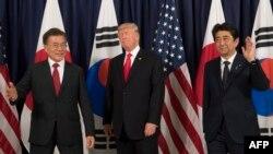 Прем'єр-міністр Японії Сіндзо Абе (п), президент Південної Кореї Мун Чже Ін (л) та президент США Дональд Трамп, ілюстративне фото