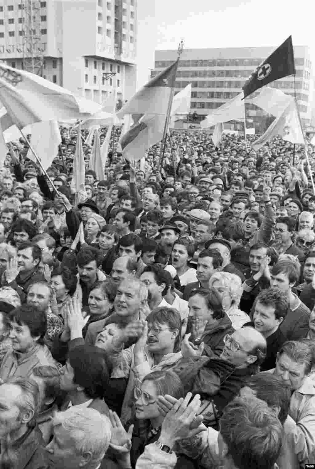 Demonstrators gather in Kyiv for a rally organized by the Ukrainian Popular Movement for Perestroika (RUKH) in support of national rebirth and independence on October 23, 1989.