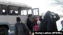 Ученики садятся в школьный автобус. Село Туганбай Алматинской области, март 2012 года.