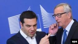 Премьер-министр Греции Алексис Ципрас (слева) и глава Еврокомиссии Жан-Клод Юнкер, Брюссель, 22 июня 2015 г.