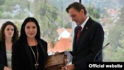 Marini Abramović nagradu je uručio predsjednik skupštine Ranko Krivokapić, 1. oktobar 2012. Foto: www.skupstina.me