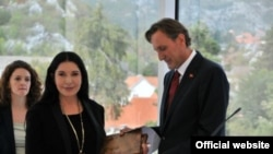 Ranko Krivokapić uručije Marini Abramović nagradu za životno djelo, Cetinje, 2012.