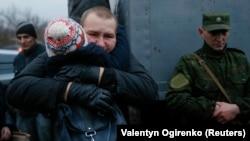 Звільнений український військовий під час обміну полоненими. Донеччина, 27 грудня 2017 року