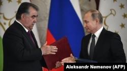 Президент Таджикистана Эмомали Рахмон (слева) и президент России Владимир Путин во время церемонии подписания двусторонних соглашений. Москва, 17 апреля 2019 года.