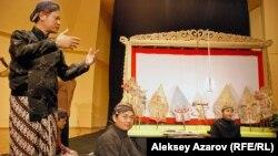 Кукольники из Индонезии. На заднем плане экран для проецирования теней и плоские марионетки перед ним. Алматы, 25 сентября 2012 года.