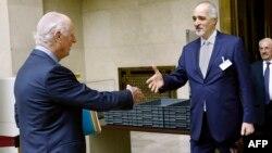 استفان دی میستورا، نماینده ویژه سازمان ملل (چپ) و بشار الجعفری، مذاکرهکننده دولت سوریه