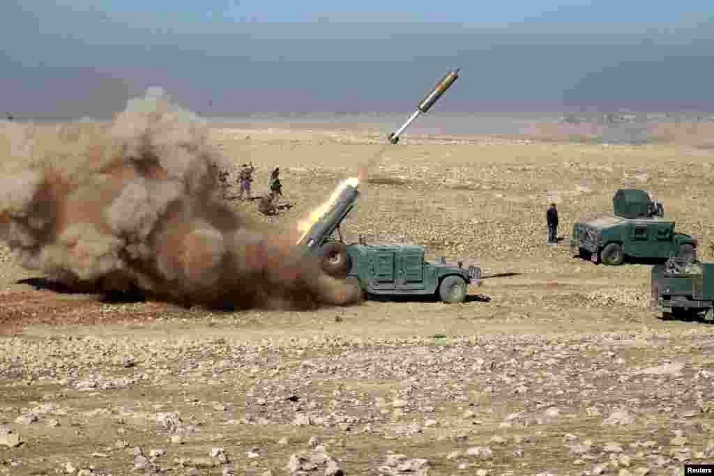 """Бой за Мосул, уралавыя сілы запускаюць ракету супраць баевікоў """"ісламскай дзячржавы""""."""