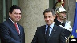 Fransiýanyň prezidenti Nikolas Sarkozy (sagda) we Türkmenistanyň prezidenti Gurbanguly Berdimuhamedow (çepde) günortanlyk naharynyň öňüsyrasynda, 1-nji fewral, 2010-njy ýyl.