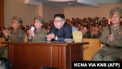 Лидер Северной Кореи Ким Чен Ын (в центре) во время инспекции в штабе войск стратегического назначения. Официальное фото. 14 августа 2017 года.