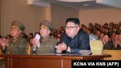Солтүстік Корея президенті Ким Чен Ын (оң жақтан бірінші).