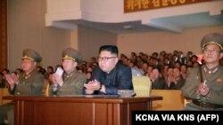 Лидер Северной Кореи Ким Чен Ын (третий слева).