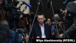 Оппозиционер Алексей Навальный проводит брифинг с журналистами по суду. 17 апреля 2013 года.