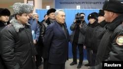 Президент Назарбаев Жаңаөзен полицейлерімен сөйлесіп тұр. Жаңаөзен, 22 желтоқсан 2011 жыл.