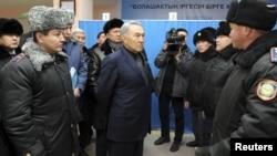 Президент Казахстана Нурсултан Назарбаев говорит с полицейскими после Жанаозенских событий. Жанаозен, 22 декабря 2011 года.