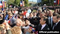 Երեւանցիները ողջունում են Ֆրանսիայի նախագահ Նիկոլա Սարկոզիին Հայաստանի մայրաքաղաքի Ֆրանսիայի հրապարակում, 7-ը հոկտեմբերի, 2011թ.