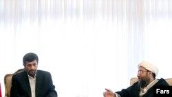 آیت الله صادق لاریجانی (راست) رییس قوه قضاییه و محمود احمدی نژاد، رییس جمهور اسلامی، در یکی از نشست های سران سه قوه