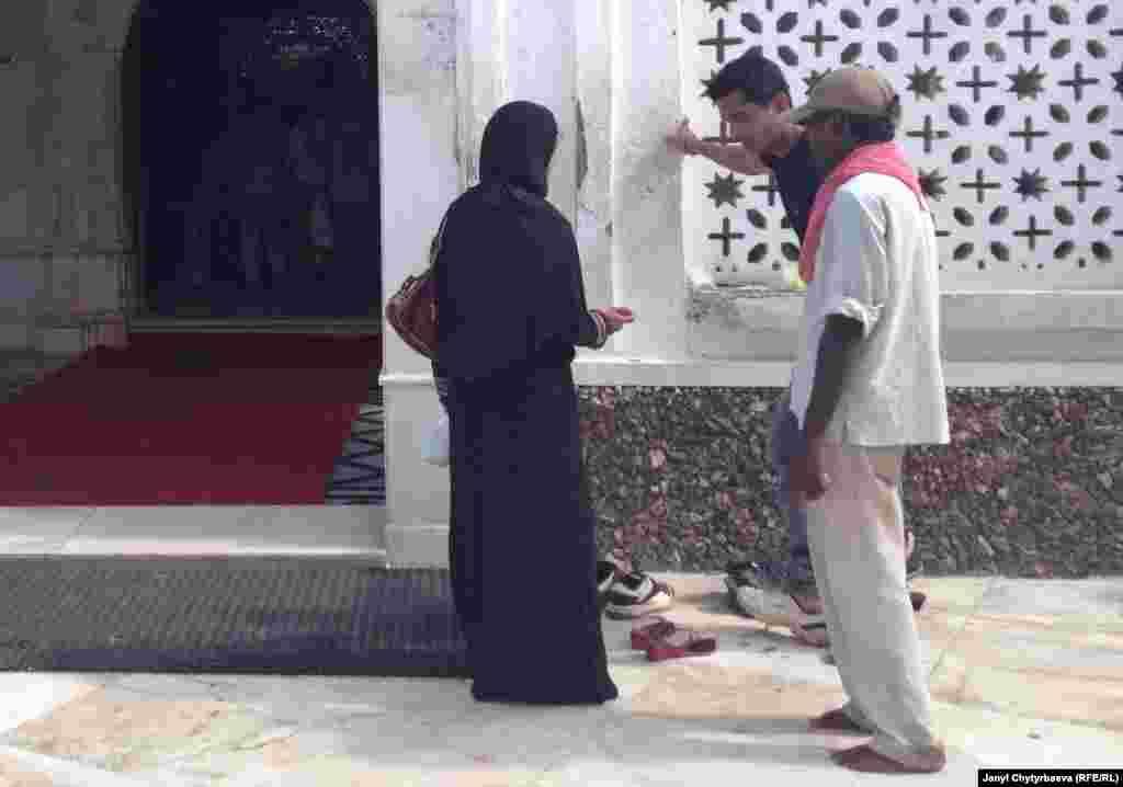 Верующие мужчины заходят в маленькую комнатку, где стоит гроб Хаджи Али, встают на колени, целуют конец зеленого покрывала на гробу, и произносят молитву. С прошлого года женщинам запретили заходить в эту комнату