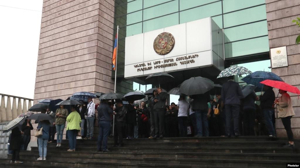 АРМЕНИЯ: В связи с акцией по блокированию входов в здания судов 5 материалов направлены в ССС
