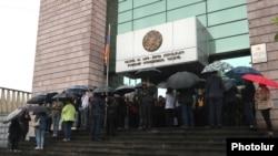 Граждане блокировали вход в здание суда общей юрисдикции Еревана, 20 мая 2019 г.