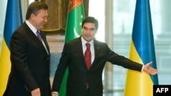 Президент Туркменистана Гурбангулы Бердымухамедов встречает президента Украины Виктора Януковича. Ашгабат, 12 сентября 2011 года.