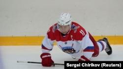 Владимир Путин разминается перед игрой в хоккей (архивное фото)