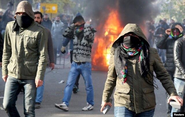 Активисты Курдской рабочей партии во время столкновений с полицией на юго-востоке Турции. Декабрь 2015 года