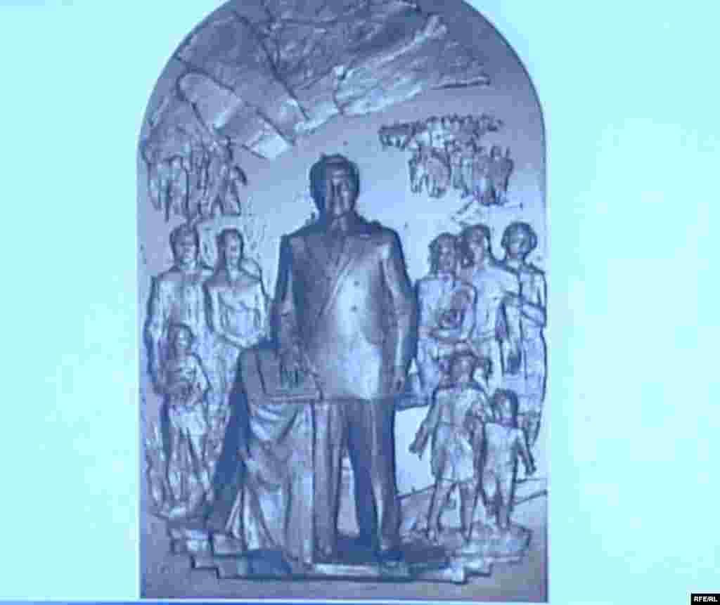 Астанада монументте президент Назарбаевтың барельеф кескіні.