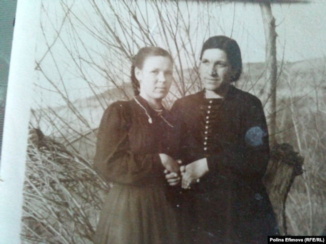 Молодая Елена Батальщикова со своей напарницей