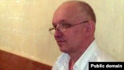 """Тіркелмеген """"Алға"""" партиясының жетекшісі Владимир Козлов сотта отыр. Ақтау, 13 қыркүйек 2012 жыл. (Сурет Twitter-ден алынды)."""