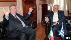 محمدجواد ظریف، وزیر خارجه ایران در کنار همتای یونانی خود، نیکوس کاتزیاس