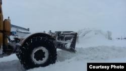 Павлодарда қор тозалаётган трактор.
