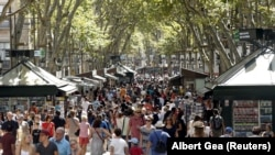 Люди на пешеходной улице в Барселоне.
