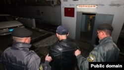 Сотрудники полиции ведут задержанного. Иллюстративное фото.