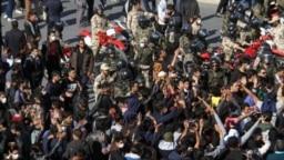 مقابله نیروهای ضد شورش با معترضان در جریان اعتراضهای آبان ۹۸ در کرمان
