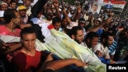 Եգիպտոս - Ցուցարարները տանում են բանակի հետ բախման հետեւանքով զոհված իրենց ընկերոջ դին, Կահիրե, 8-ը հուլիսի, 2013թ․
