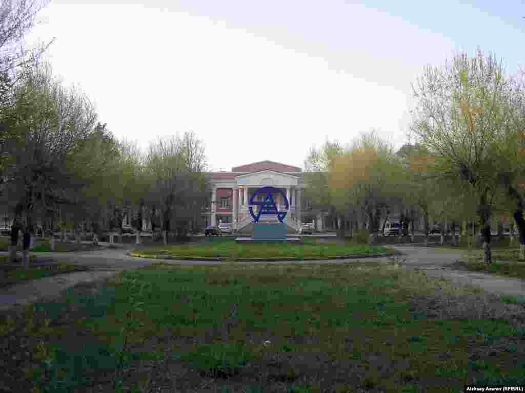 Вид на Алматинский завод тяжелого машиностроения (АЗТМ) и прилегающую территорию. Пленные японцы строили некоторые здания на его территории. Алматы. 14 апреля 2006 года.