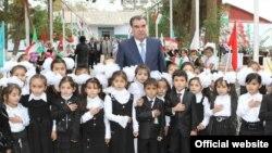 Президент Таджикистана Эмомали Рахмон вместе со школьниками. 28 октября 2013 года.