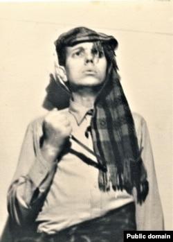 Уладзімер Караткевіч з кінжалам