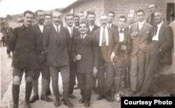 Prizonieri români în lagărul de la Drenovo, Bulgaria,1917 (Foto: Expoziția Marele Război, 1914-1918, Muzeul Național de Istorie a României)