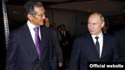 У трапа самолета в Международном аэропорту «Манас» Владимира Путина встретил gервый вице-премьер КР Джоомарт Оторбаев.