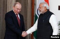 Президент Росії Володимир Путін (ліворуч) та прем'єр міністр Індії Нарендра Моді. Нью-Делі. 11 грудня 2014 року