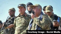 Owgan wise-prezidenti general Abdul Raşid Dostum (sagdan birinji).