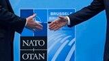 Președintele Donald Trump și secretarul generla NATO, Jens Stoltenberg înainte de deschiderea summit-ului de la Bruxelles, 11 iulie 2018.